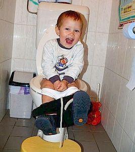 Junges deutsches Strullerluder auf der Toilette benutzt