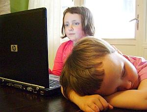 Kinder vor Computer: Eltern sorglos gegenüber Facebook (Foto: Flickr/Strandell)