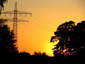 Strommast: Zukunft der Stromversorgung ungewiss (Foto: pixelio.de/Rainer Sturm)