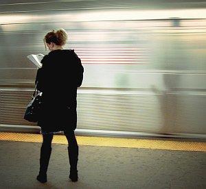 Wartende Frau: Geduld immer weniger vorhanden (Foto: Flickr/Mariza)