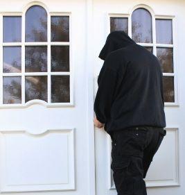 Einbrecher: freuen sich über Adressen von Twitter-Usern (Foto: pixelio.de, Rike)