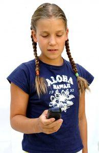 Mädchen: Spiele-Apps können teuer werden (Foto: pixelio.de, S. Hofschläger)