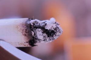 Zigarette: Rauchen hat negativen Einfluss aufs Gehalt (Foto: pixelio.de, Peter)