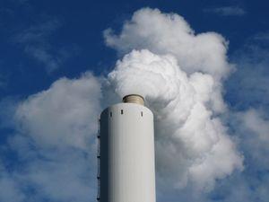 Rauchender Schlot: Luftverschmutzung bleibt zu hoch (Foto: pixelio.de, Schütz)