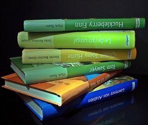 Bücher: Kinder bleiben Print-Ausgaben treu (Foto: pixelio.de/luise)