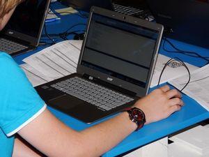 Schüler am Laptop: späterer Schulbeginn ratsam (Foto: pixelio.de, Dieter Schütz)