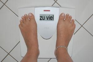 Waage: Übergewicht als Behinderung anzusehen (Foto: pixelio.de, by-sassi)