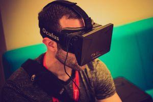User mit VR-Brille: Kabel stört das VR-Erlebnis (Foto: flickr.com/Nan Palermo)