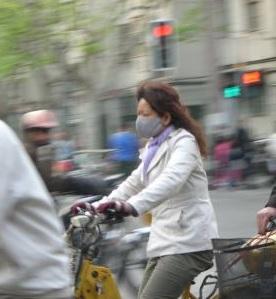 Auf dem Rad: ohne Mundschutz nicht ratsam (Foto: pixelio.de, Manuel Schuster)
