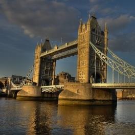 Tower Bridge: Dunkle Wolken nach Brexit-Papier (Foto: pixelio.de/Robin T Backes)