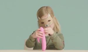 Neugieriges Mädchen untersucht für Aktion einen Dildo (Foto: freeagirl.nl)
