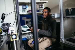 MIT-Forscher Reginald Avery im Labor: neues Hydrogel kommt (Foto: web.mit.edu)