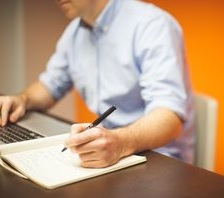 Mann am Arbeitsplatz: oft stark belastet (Foto: StartupStockPhotos, pixabay.com)