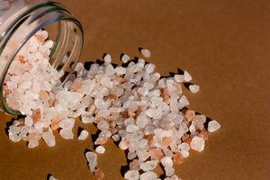 Kristalle aus Himalaya-Salz: macht Produktion billig (Foto: twinili, pixelio.de)