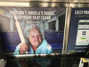 Prügel-Oma: Hygiene auf Kosten anderer Ethnien (Foto: Doug Hanks/twitter.com)