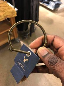 Reif des Anstoßes: aus Stores entfernt (Foto: twitter.com/Ronald E. Frazier II)
