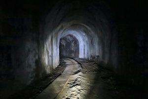 Gang im Dunklen: unterirdischer Stollen in alter Mine (Foto: flickr.com/Kecko)