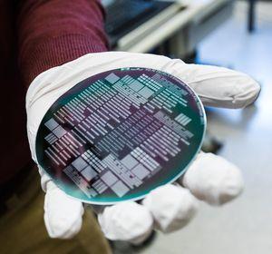 Wafer mit Vanadiumdioxid ersetzt bald Silizium (Foto: Jamani Caillet, epfl.ch)