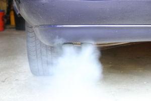 Feinstaubursache Autoabgase: Diese sind eine Gefahr (Foto: Gaby Eder/pixelio.de)