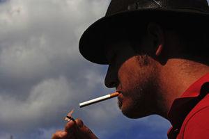 Raucher: Risiko wird weniger wahrgenommen (Foto: pixelio.de, günther gumhold)