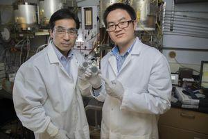 Meilin Liu (l.) und Yu Chen mit beschichteten Scheiben (Foto: Moore, gatech.edu)