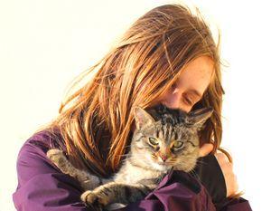 Mädchen mit Katze: Social Web trübt Stimmung (Foto: Christina Schmid,pixelio.de)