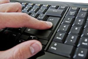 Enter: User eher bei Google als bei Facebook (Foto: Alexander Klaus, pixelio.de)