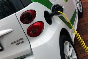 """""""Tanken"""" eines Elektroautos: noch viele Probleme (Foto: Tim Rechmann/pixelio.de)"""
