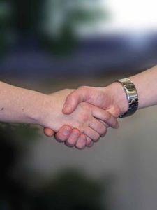 Handschlag: Festigkeit ist Indiz für Hirngesundheit (Foto: pixelio.de, joakant)