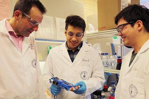 Forscher Axel Guenther (links) und Navid Hakimi (Mitte) (Foto: utoronto.ca)