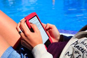 E-Book lesen: Verbraucher noch immer skeptisch (Foto: Julien Christ, pixelio.de)