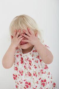Augen zuhalten: Kinder sehen Horrorfilm-Trailer (Foto: redsheep, pixelio.de)