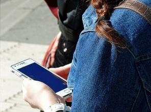 Suchtverhalten: Menschen hängen an ihren Handys (Foto: Lupo, pixelio.de)