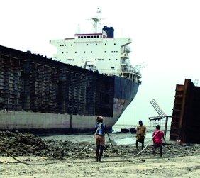 Illegale Abwrackung von Schiffen in Bangladesch in der Kritik (Foto: oeko.de)