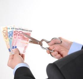 Geld wegschneiden: vzbv siegt gegen Banken (Foto: Jorma Bork, pixelio.de)