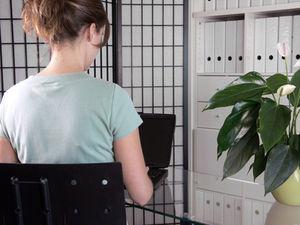 Frau: im Büro oft im Hintergrund (Foto: pixelio.de/Cornelia Menichelli)