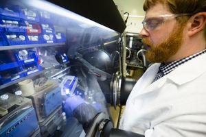 Prüfung einer Lithium-Elektrode im Labor (Foto: Evan Dogherty)