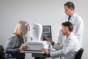 Probandin beim neuen Alzheimer-Augentest (Foto: medicine.wustl.edu, Matt Miller)