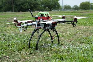 Mit Hightech bestückte Umwelt-Drohne vor dem Start (Foto: Jeff Fitlow, rice.edu)