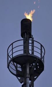 Abfackeln von Erdgas auf einem Ölfeld (Foto: Uschi Dreiucker, pixelio.de)