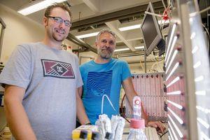 Projektbeteiligte Marc Nowaczyk (rechts) und Kollege Adrian Ruff (Foto: rub.de)