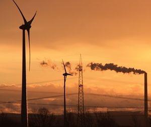 Erneuerbare versus Fossile: Umstieg gefordert (Foto: Uwe Schlick, pixelio.de)