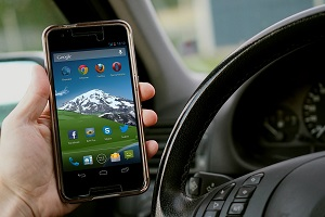 Smartphone am Steuer: Das lenkt massiv ab (Foto: TheDigitalWay, pixabay.com)