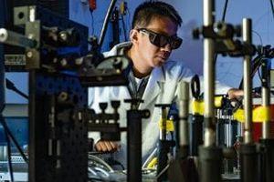 Aufwendige Tests im Labor für Nanophotonik (Foto: Jeff Fitlow, rice.edu)