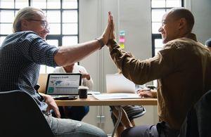 Abklatschen: Kleinunternehmen bringen Spaß (Foto: rawpixel, unsplash.com)