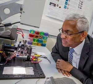 Professor Tilak Dias bei Versuchen im Labor (Foto: ntu.ac.uk)