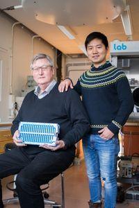 Noréus (links) und sein Kollege Shen mit dem neuen Akku (Foto: Niklas Björling)