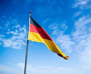 Fahne: Deutsch vor Französisch (Foto: unsplash.com, Christian Wiediger)