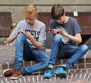 Spielende Jungs: Game-Apps beliebt wie nie (Foto: pixabay.com, natureaddict)