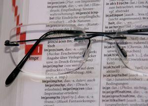 Wörterbuch: lieber noch einmal nachsehen (Foto: pixelio.de, Regina Kaute)